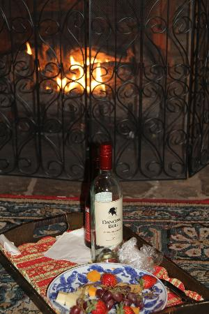 Glen-Ella Springs Inn: Our fireplace with a wine and cheese tray!
