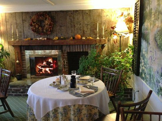 Deerhill Inn: Restaurant had fire blazing and fall decor