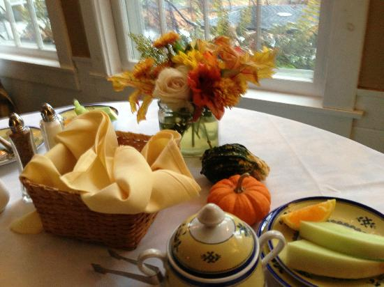 Deerhill Inn: Flowers, pumpkins, and warm muffins with lots of coffee!