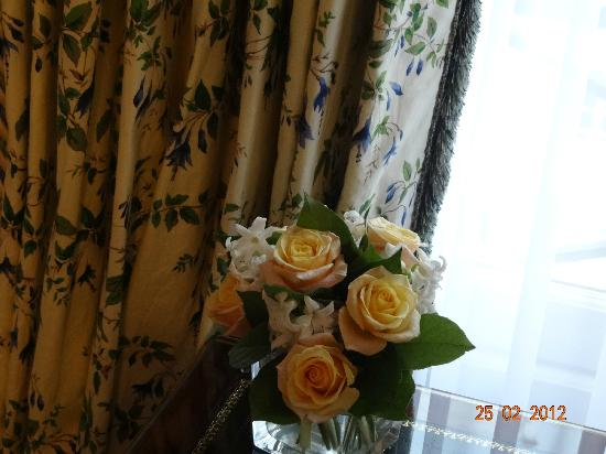 Le Bristol Paris: Fresh flowers in the room