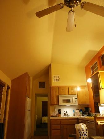 RiverPointe Napa Valley Resort: Our cottage...kitchen, cathedral ceiling, fan