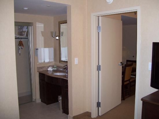 Homewood Suites by Hilton Burlington: big bathroom