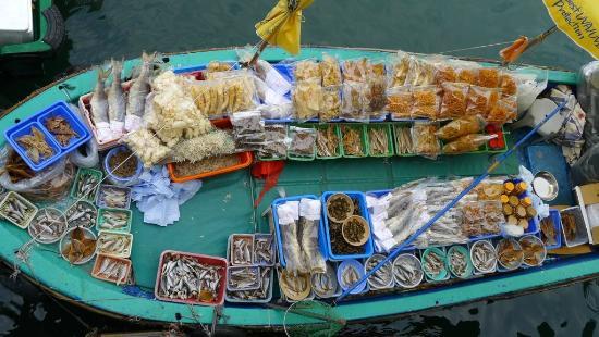 Sai Kung: Seafood tanks at the Seafood Restaurants (5)