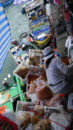 Sai Kung: Local fish sellers along the promenade (4)