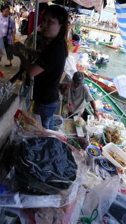 Sai Kung: Local fish sellers along the promenade (3)
