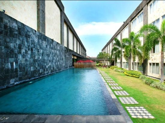 Aston Denpasar Hotel and Convention Center : Swimming Pool