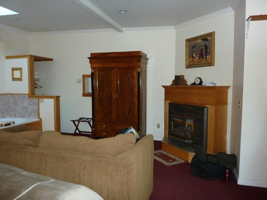 Didjeridoo Dreamtime Inn: Room #72 - sofa, TV armoire & fireplace