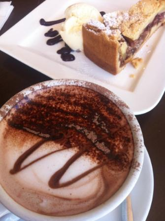 Wattle Cafe: hot chocolate and tasty raspberry apple crumble