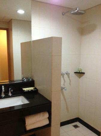 Hotel Santika Jemursari : The small bathroom equipped with shower