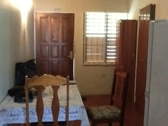 Viola's Place: Entry of suite with full kitchen and small dining area