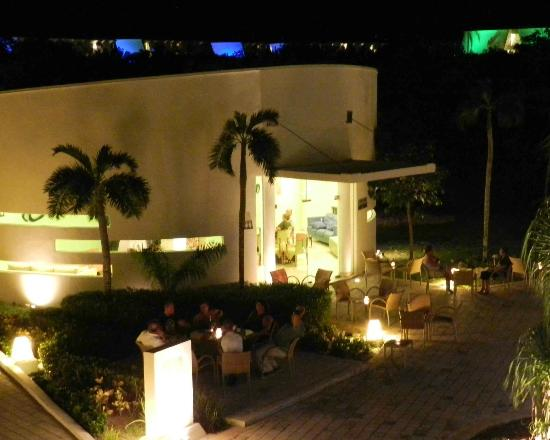 Grand Sirenis Mayan Beach Resort & Spa: coffee house and buildings at night
