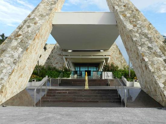 Grand Sirenis Mayan Beach Resort & Spa: front entrance
