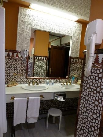 Hotel Alhambra Palace: 洗面台