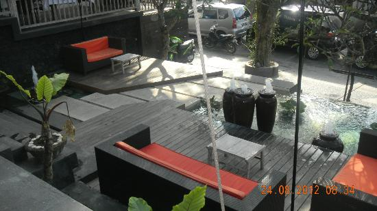 KajaNe Mua Private Villa & Mansion: Relaxing deck at hotel entrance