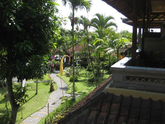 Kertiyasa Bungalow: garden 1