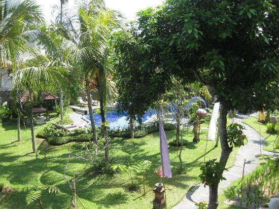 Kertiyasa Bungalow: garden 2