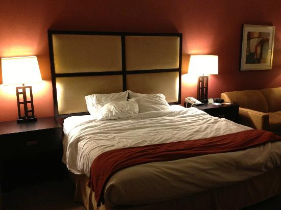 Holiday Inn Express Encinitas - Cardiff Beach Area: King size bed was super comfy!