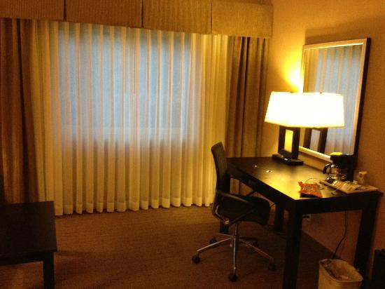 Holiday Inn Express Encinitas - Cardiff Beach Area: Desk with a mirror