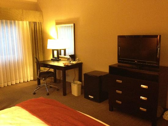 Holiday Inn Express Encinitas - Cardiff Beach Area: Desk area and flat screen TV 32""