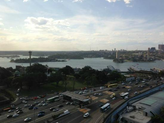 Shangri-La Hotel Sydney: Even with the harbour Bridge traffic and the Cahill expressway, there was NO Noise!