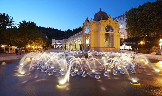 Orea Spa Hotel Bohemia: colonnade with singing fountain