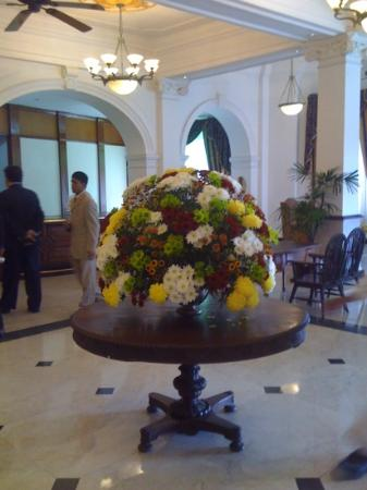 Queens Hotel Kandy: Flowers in lobby.