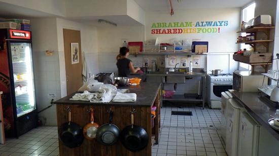 Abraham Hostel Jerusalem: Küche im Gemeinschaftsraum