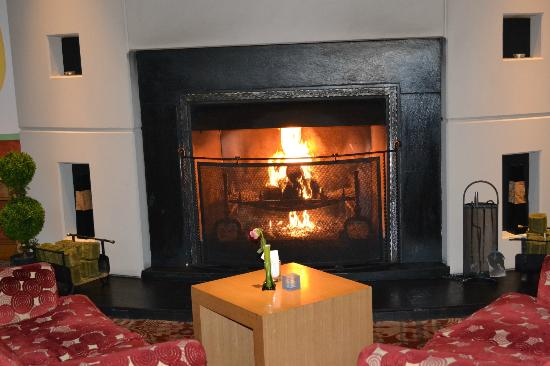Everglades Hotel: Fireplace