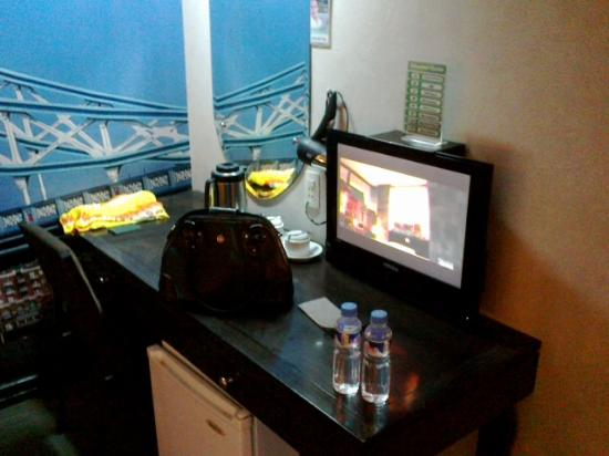 Eurotel North Edsa: Work area. WIFI was excellent.