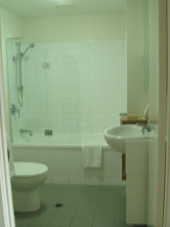 Quest Spring Hill Serviced Apartments: Main Bathroom