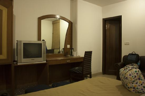 iLodge @ DB Gupta Rd: Hotel Singh Empire Dx's Delux Double Bedroom without LCD TV and Dim Light