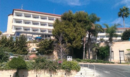 Atlantica Bay Hotel: Hotel from road in front near beach