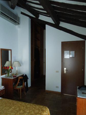Hotel Teatro di Pompeo: Annex room 2