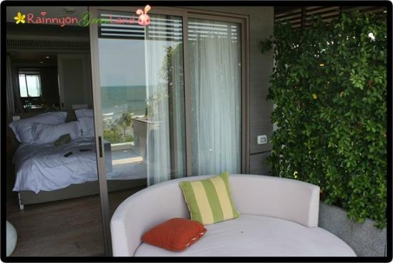 โรงแรมเรสท์ดีเทล หัวหิน: view looking into the room...the big day bed on the balcony in front of the jacuzzi