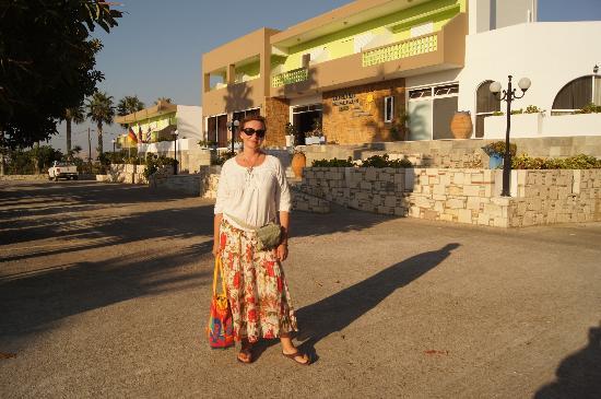 Giakalis Aparthotel: Я перед отелем