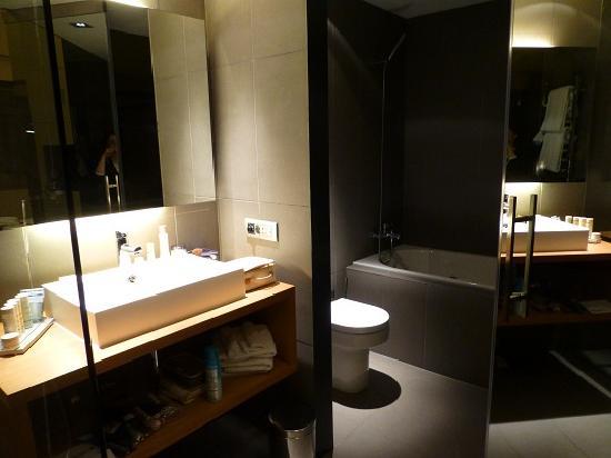 Radisson Blu Hotel, Madrid Prado: トイレ&お風呂
