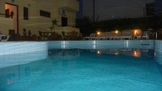 Cleopatra Apartments: POOL AREA BY NIGHT