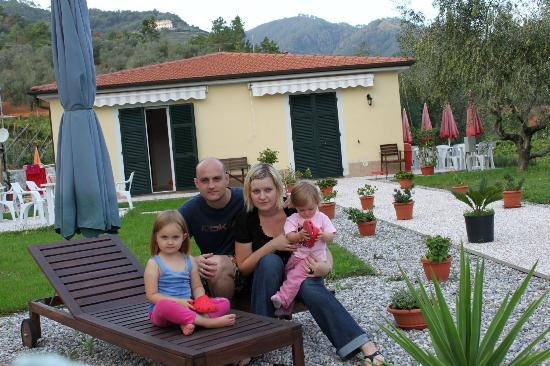 La Collina Verde: Our family in front of the Agroturismo