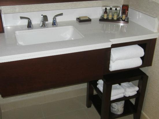 Chicago Marriott O'Hare: Large counter in bathroom