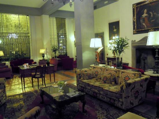 Helvetia & Bristol Hotel: 貴族の館風のロビーだが、古くて狭いかな。