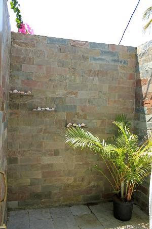 Silk Cotton Resort: The outdoor shower area