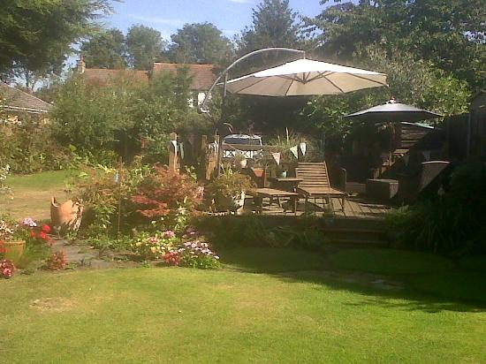 The Limes Bed and Breakfast: Lovely Gardens.