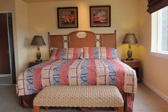 The Beach Villas at Kahalu'u: Master Bedroom 1-202