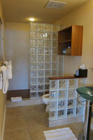 The Beach Villas at Kahalu'u: Master Bathroom 1-202