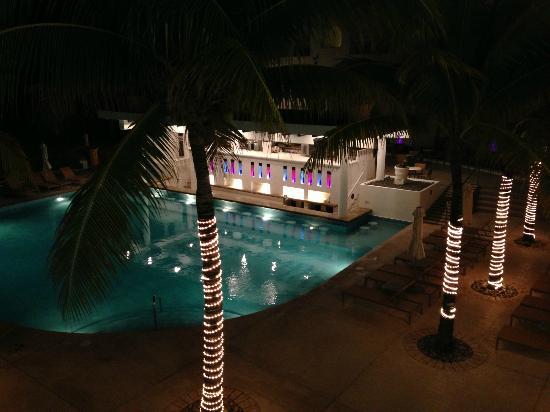Playacar Palace: Bar piscina noche