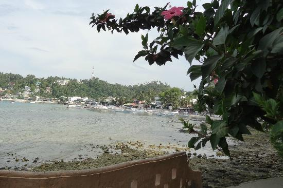 El Galleon Beach Resort & Hotel: View towards Sabang at low tide