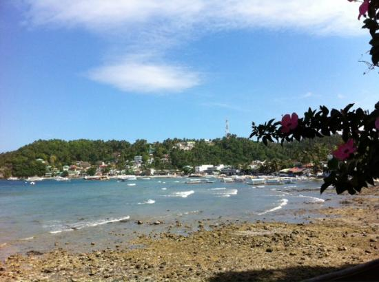 El Galleon Beach Resort & Hotel: View towards town of Sabang at low tide
