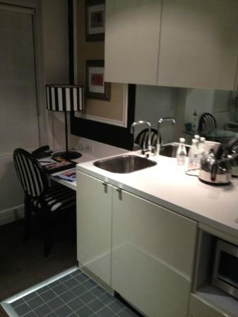 Quest Potts Point: Kitchen and desk