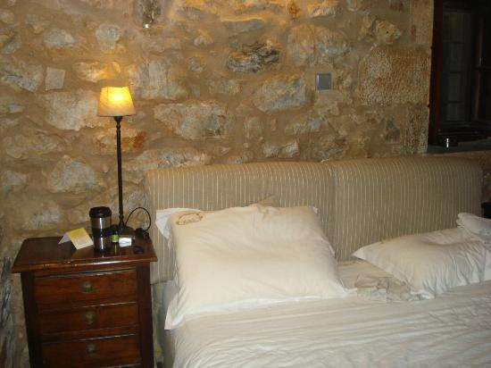Kyrimai Hotel: bed