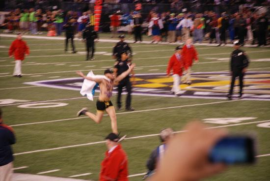 M&T Bank Stadium: streaker running
